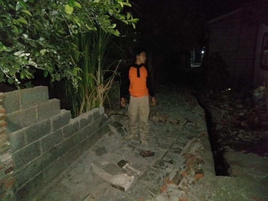 Warga Jembrana Gotong Royong Bersihkan Puing Sisa Gempa Situbondo