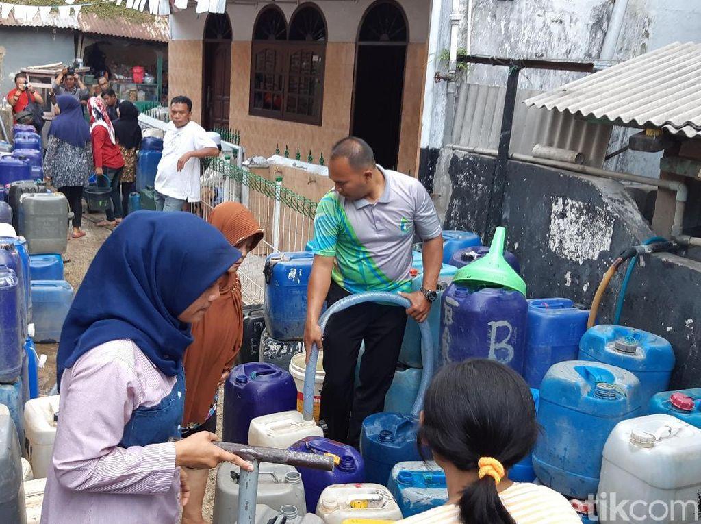 Kemarau Panjang, Warga Cicendo Bandung 5 Bulan Antre untuk Air Bersih