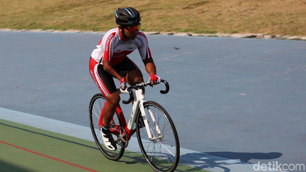 Tryagus Beraksi di Trek Sepeda dengan Satu Tangan