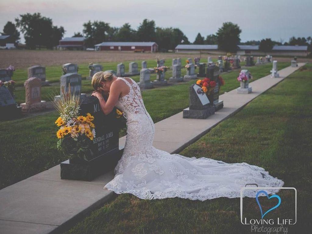 10 Potret Haru Wanita yang Menikah di Kuburan Kekasihnya