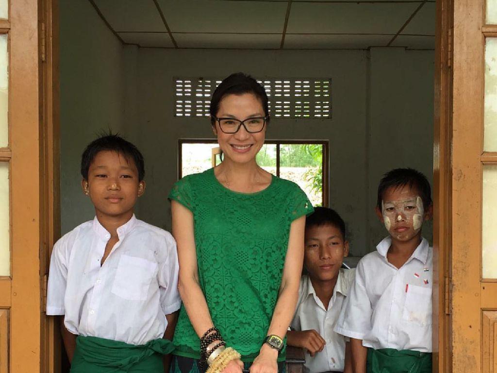 7 Foto Manis Michelle Yeoh Crazy Rich Asians dengan Anak-anak