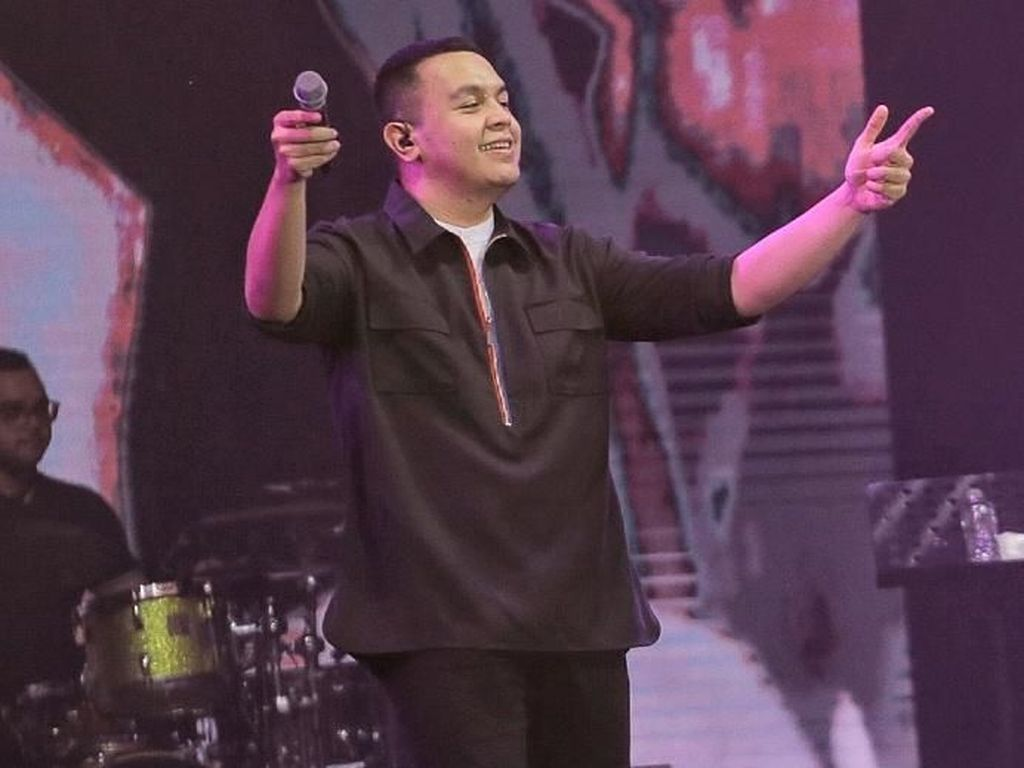 Di Konser Monokrom, Tulus Bawakan Lagu Khas Sumatera Barat Versi Orkestra