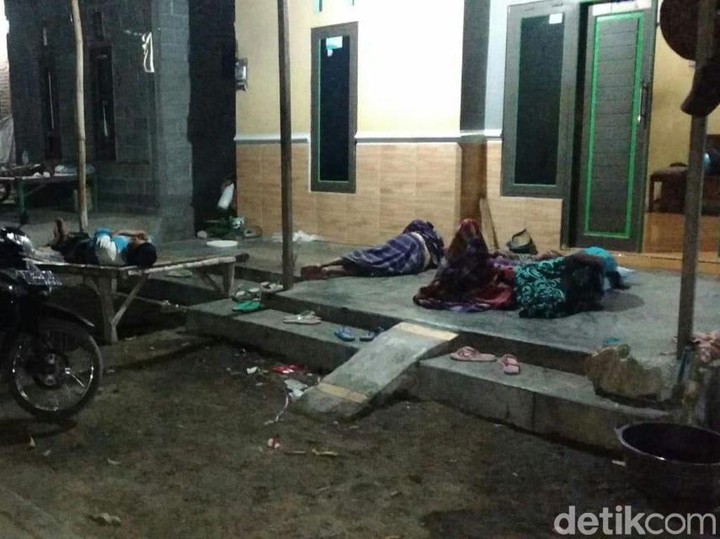 Penampakan Warga Tidur di Luar Rumah Takut Gempa Situbondo Susulan