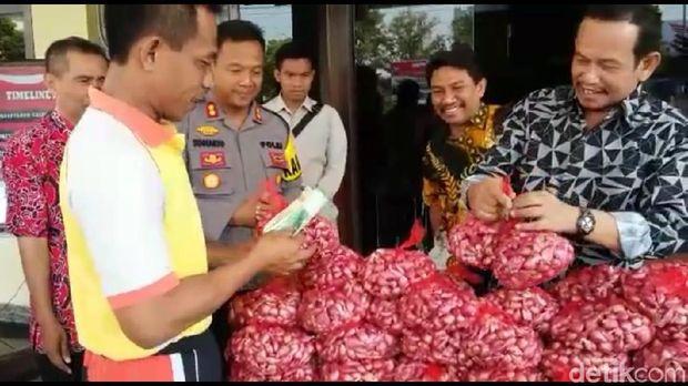 Bantu petani, Polisi borong bawang merah di Brebes