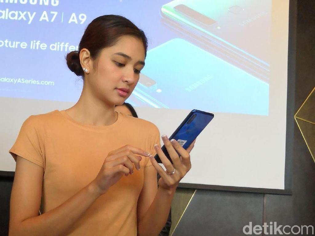 Aksi Si Cantik Mikha Tambayong Jajal Galaxy A7
