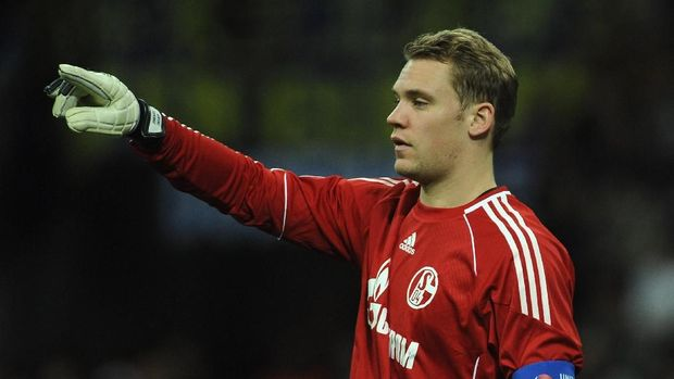 MILAN, ITALY - APRIL 05:  Goalkeeoer Manuel Neuer of Schalke 04 issues instructions during the UEFA Champions League Quarter Final match between FC Internazionale Milano and Schalke 04 at San Siro Stadium on April 5, 2011 in Milan, Italy.  (Photo by Valerio Pennicino/Getty Images)