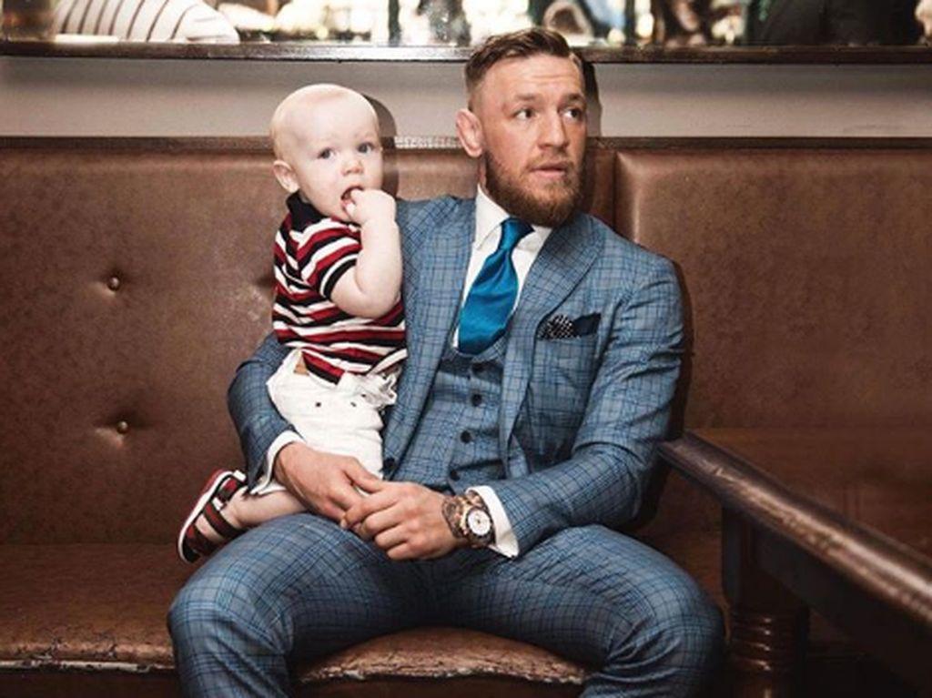 7 Potret Manis Petarung Conor McGregor Bersama Anak