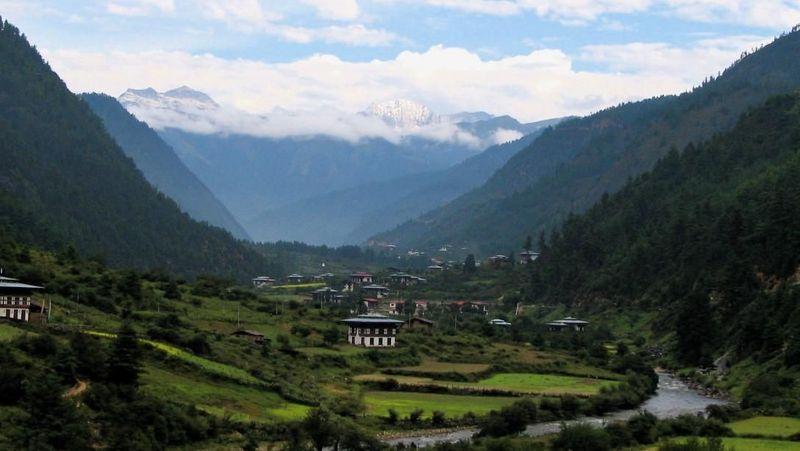 Foto: Perlindungan lingkungan ditulis dalam konstitusi, yang menyatakan bahwa minimal 60% dari total lahan hutan Bhutan harus dipertahankan. Negara ini bahkan melarang ekspor kayu pada tahun 1999 (Bookretreats/CNN Travel)