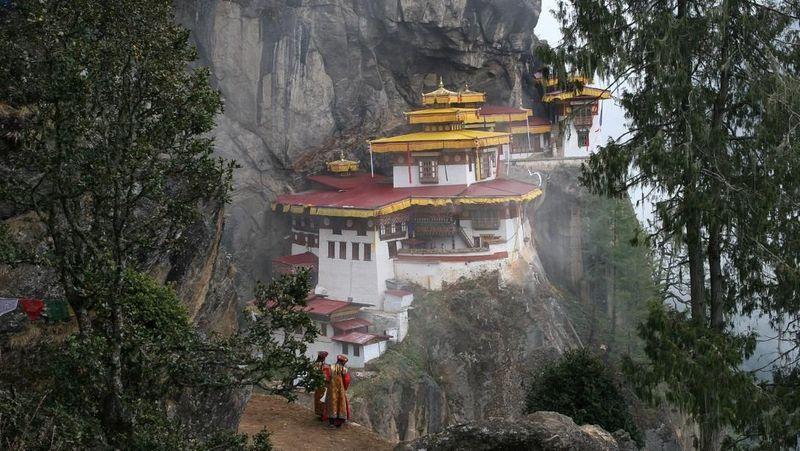Foto: Selama 46 tahun terakhir, pemerintah Bhutan memilih untuk mengukur kemajuan bukan melalui produk domestik bruto (PDB) tetapi melalui Kebahagiaan Nasional Bruto. Ukuran ini sangat menekankan pada perlindungan lingkungan alam yang kaya di negara itu (Bhutan Tourism/CNN Travel)