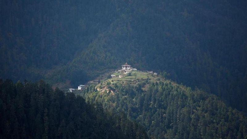 Foto: Meski Bhutan ikut membantu dalam perang melawan perubahan iklim, negara itu sangat rentan terhadap dampaknya. Bhutan melaporkan bahwa hutannya terkena dampak hujan berlebih yang mengakibatkan seringnya banjir, tanah longsor, dan di masa depan, sektor tenaga airnya dapat terganggu parah oleh mencairnya gletser di Himalaya (Ed Jones/AFP/Getty Images/CNN Travel)