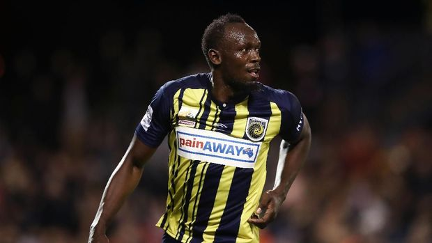 SYDNEY, AUSTRALIA - OCTOBER 12:  Usain Bolt of the Mariners celebrates scoring his first goal during the pre-season friendly match between the Central Coast Mariners and Macarthur South West United at Campbelltown Sports Stadium on October 12, 2018 in Sydney, Australia.  (Photo by Matt King/Getty Images)