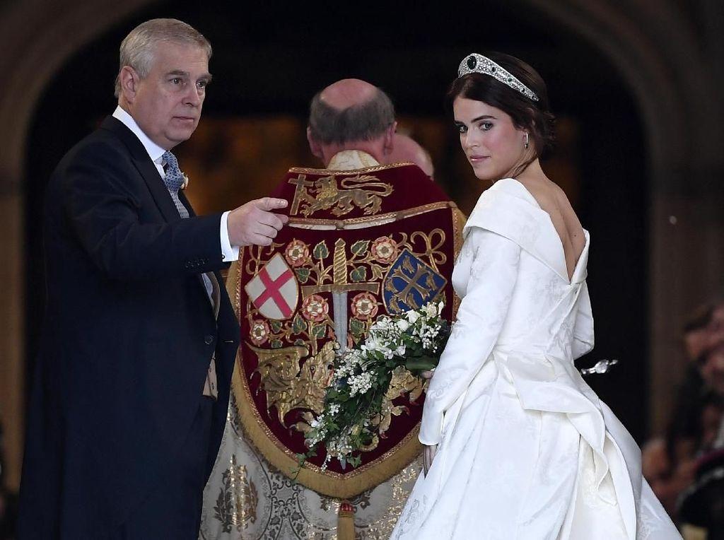 Gaun Pernikahan Putri Eugenie Tunjukkan Bekas Operasi di Punggung