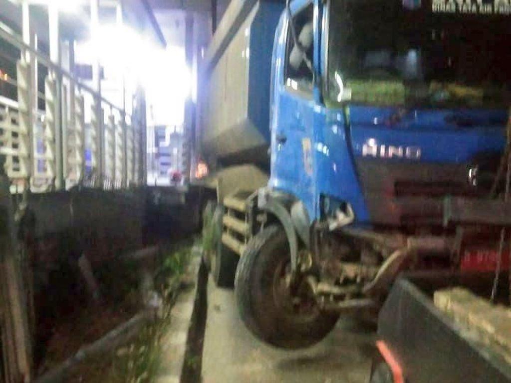 Kecelakaan Tunggal, Truk Tabrak Pagar Halte TransJ di Jakbar