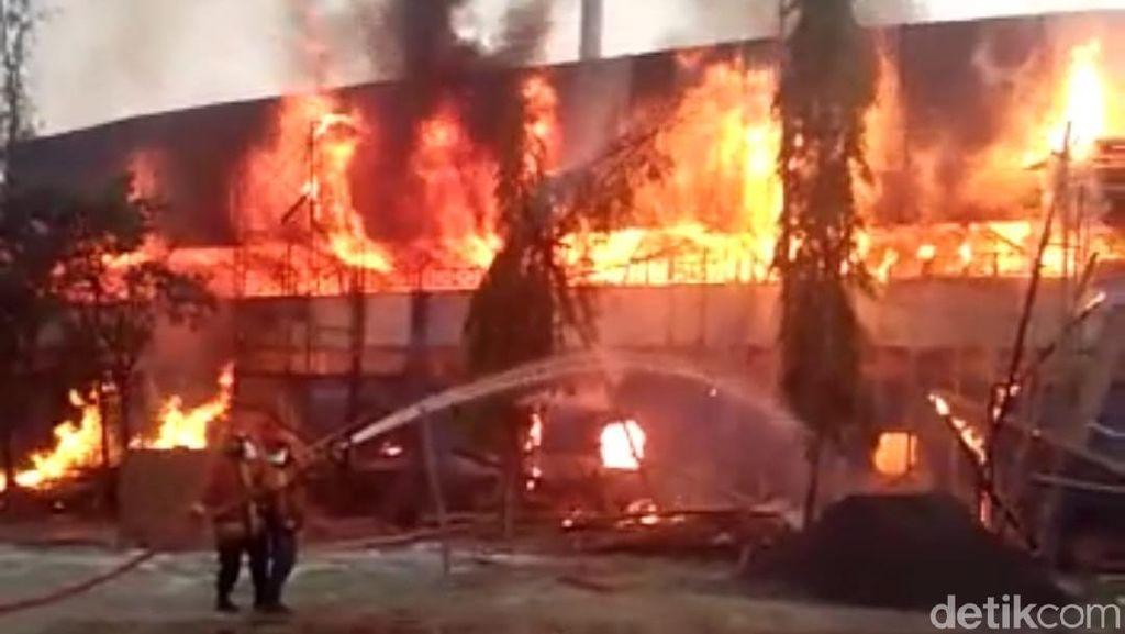 Tumpukan Kayu di Stadion Surajaya Lamongan Terbakar