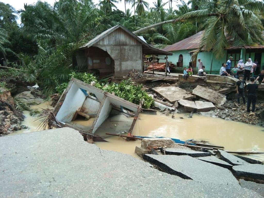 Potret Kerusakan Pasca Banjir Bandang di Mandailing Natal