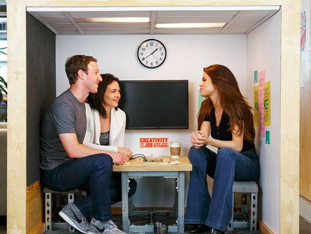 10 Momen Makan Sheryl Sandberg, COO Facebook yang Cantik