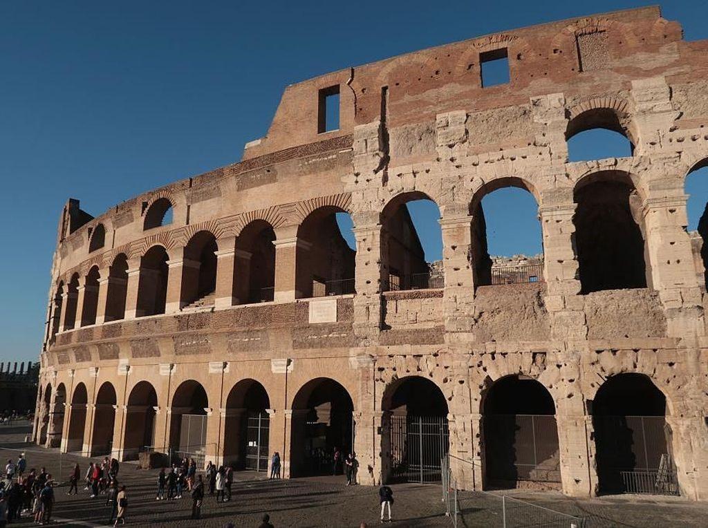 Duh! Turis India Ketahuan Nyolong Batu Bata Colosseum Roma