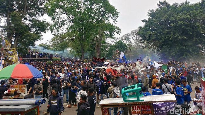 Bobotoh melakukan unjuk rasa di Gedung Sate. (Foto: Tri Ispranoto/detikcom)