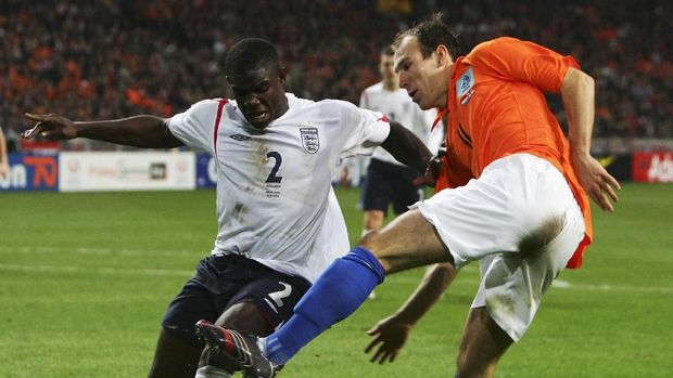 AMSTERDAM, NETHERLANDS - NOVEMBER 15: Micah Richards of England battles for the ball with Arjen Robben of Holland during the International Friendly match between Holland and England at The Amsterdam ArenA on November 15, 2006 in Amsterdam, Netherlands. (Photo by Laurence Griffiths/Getty Images)
