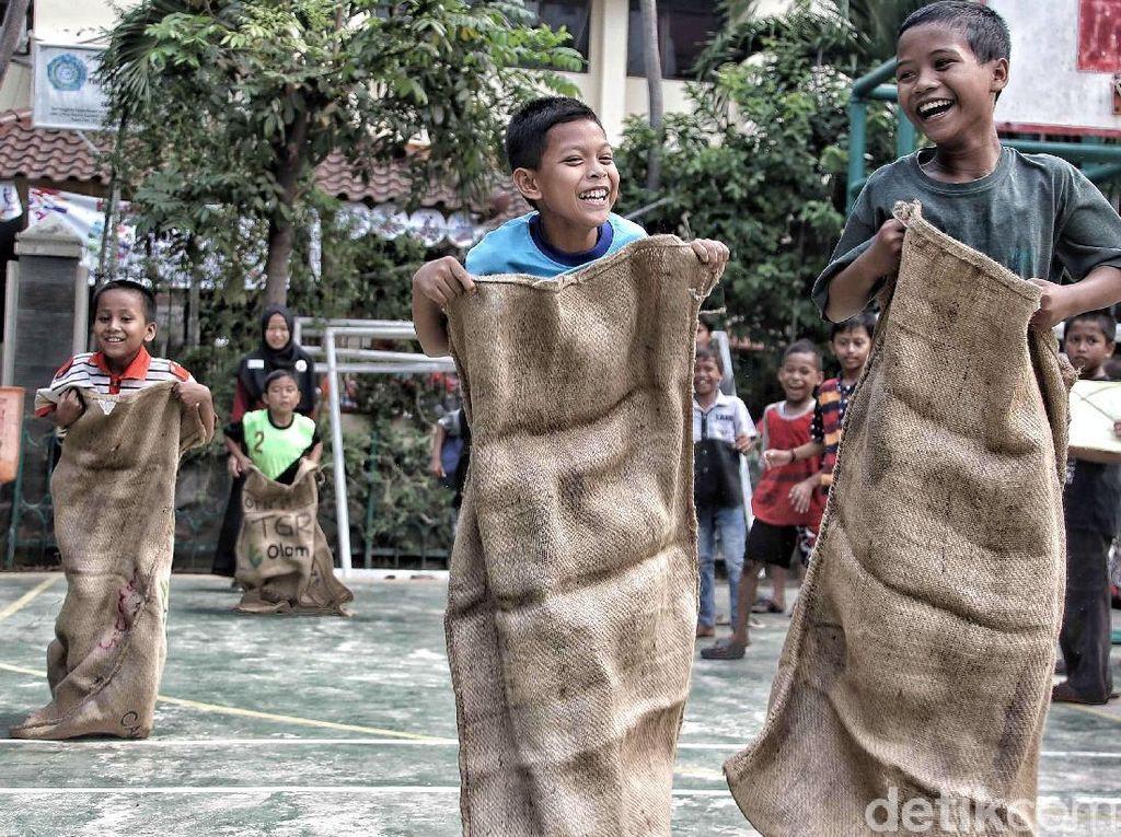 Melestarikan Permainan Tradisional bersama Anak-anak di RPTRA Melati