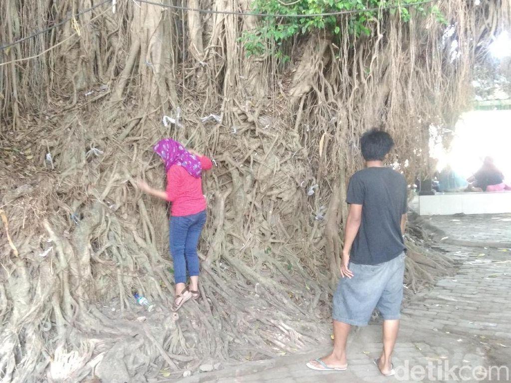 Makam Loang Baloq di Lombok dan Kisah Unik Para Peziarahnya
