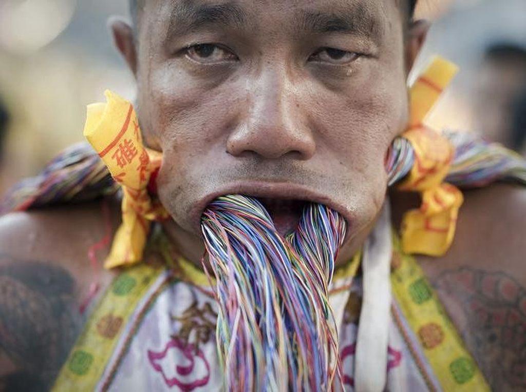 Bukan Aksi Debus, Festival Vegetarian di Thailand Ini Tusuk Pipi Pakai Pisau