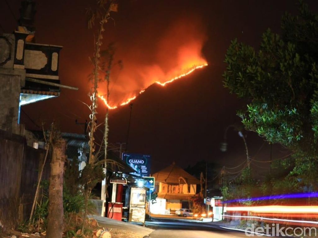 Lereng Gunung Abang di Bali Kebakaran