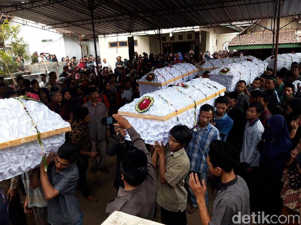 Suasana Pemakaman 6 Sekeluarga Korban Laka Maut di Boyolali