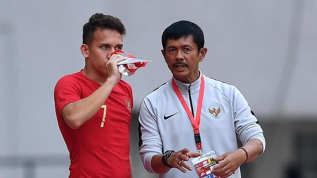 Pesepak bola Timnas Indonesia U19 Indra Sjafri (kanan) memberi instruksi kepada pesepak bola Timnas Indonesia U19 Egy Maulana Vikri saat menghadapi Timnas Yordania U19 dalam pertandingan persahabatan di Stadion Wibawa Mukti, Cikarang Timur, Jawa Barat, Sabtu (13/10). Timnas Indonesia U19 menang 3-2. ANTARA FOTO/Sigid Kurniawan/kye/18.