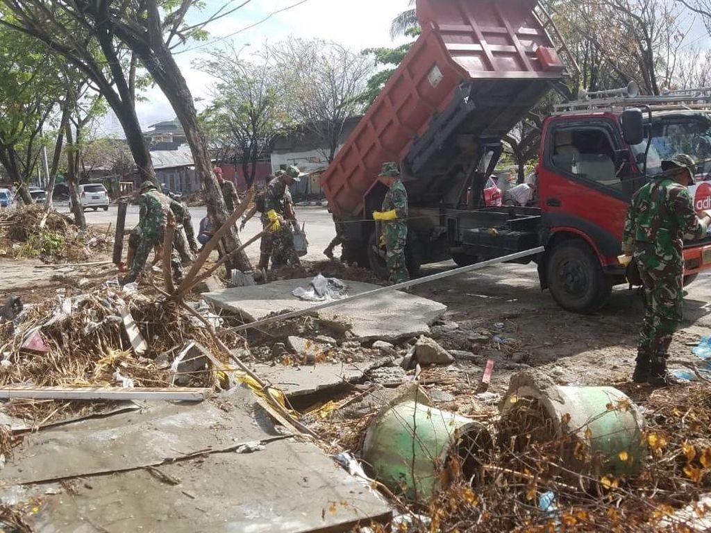 Aksi Prajurit Marinir Angkut Puing Pascagempa di Pantai Talise Palu