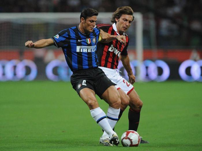 Javier Zanetti terlibat perebutan bola dengan Adrea Pirlo di Derby Milan 2009/2010. (Foto: Valerio Pennicino/Getty Images)