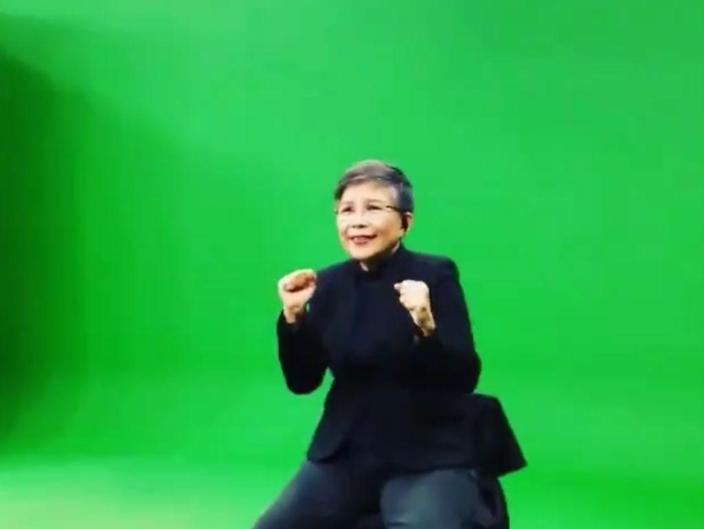 Ini Pinky Warouw, Penerjemah Bahasa Isyarat yang Ekspresif dan Viral