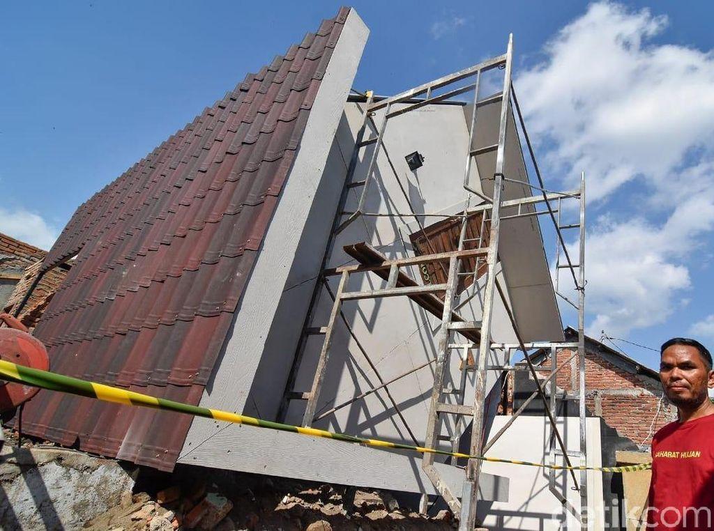 Korban Gempa Lombok Bikin Rumah Terbalik untuk Wisata