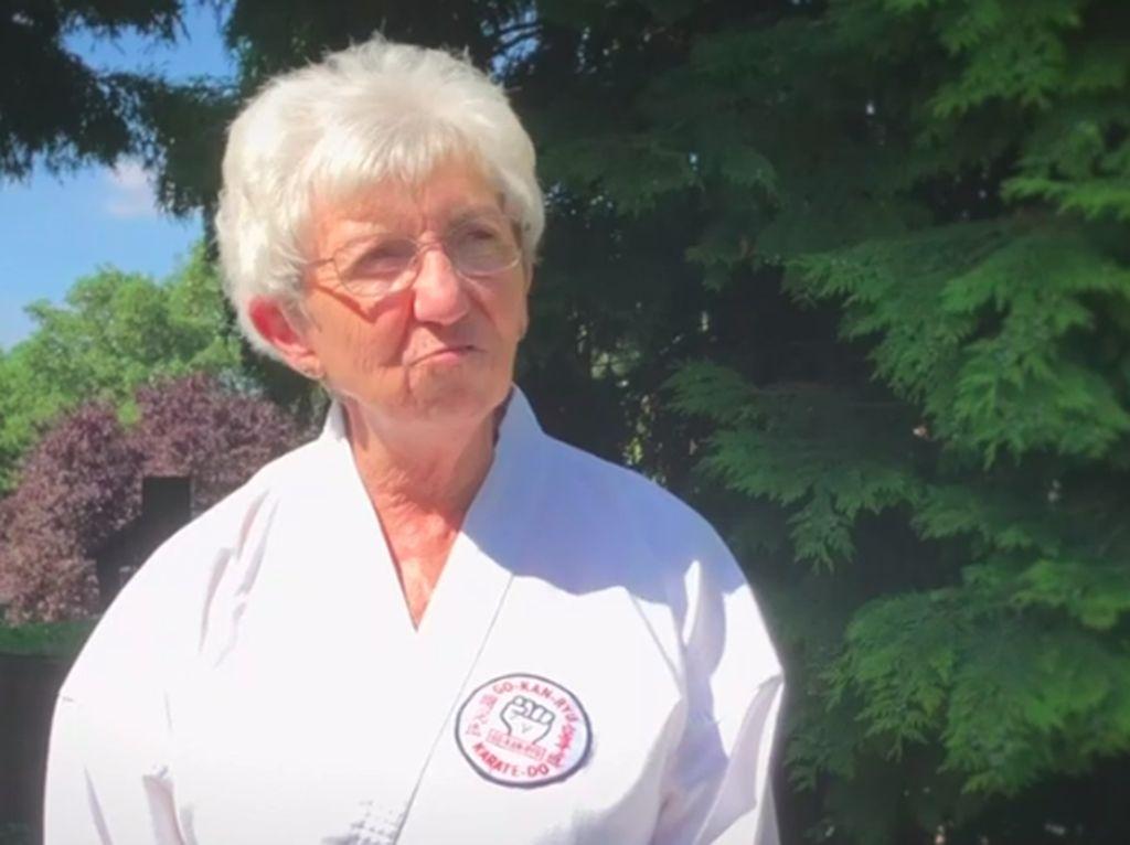 Potret Nenek Ninja yang Berhasil Kalahkan Kanker dan Jadi Juara Karate