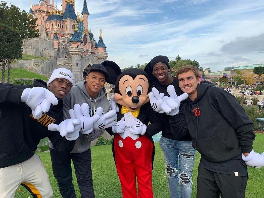 Foto: Ketika Mbappe dkk Main ke Disneyland, Inilah yang Terjadi