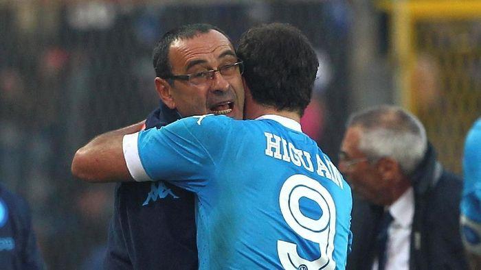 Maurizio Sarri tertarik datangkan Gonzalo Higuain ke Chelsea? (Foto: Marco Luzzani/Getty Images)