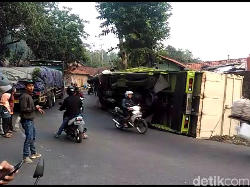 Truk Angkut Kayu Terguling, Jalur Tegal-Purwokerto Macet