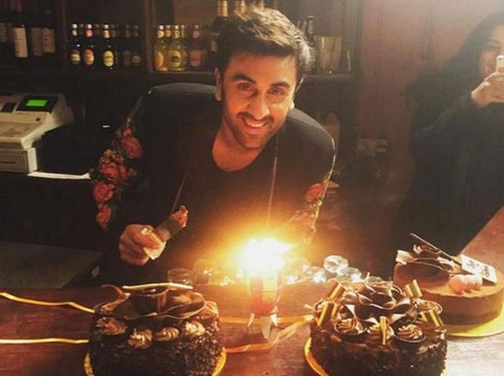 Momen Makan Ranbir Kapoor Bareng Katrina Kaif dan Deepika Padukone