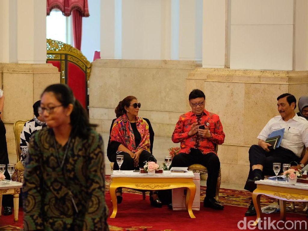 Momen Susi Berkacamata Hitam Saat Rapat di Istana