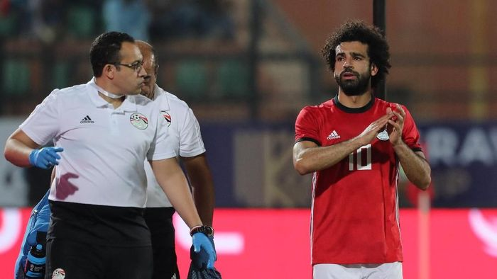 Soccer Football - African Nations Cup Qualifier - Egypt v Swaziland - Al-Salam Stadium, Cairo, Egypt - October 12, 2018  Egypts Mohamed Salah applauds fans as he leaves the pitch due to injury  REUTERS/Mohamed Abd El Ghany
