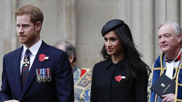 Britain's Prince Harry (L) and his fiancee US actress Meghan Markle (R) walk with each as they leave after attending a service of commemoration and thanksgiving to mark Anzac Day in Westminster Abbey in London on April 25, 2018. - Anzac Day marks the anniversary of the first major military action fought by Australian and New Zealand forces during the First World War. The Australian and New Zealand Army Corps (ANZAC) landed at Gallipoli in Turkey during World War I. (Photo by Adrian DENNIS / AFP)