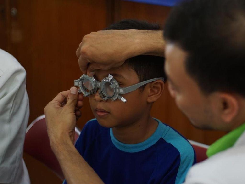Periksa Minus Mata di Optik Vs Dokter Mata, Mana Lebih Akurat?