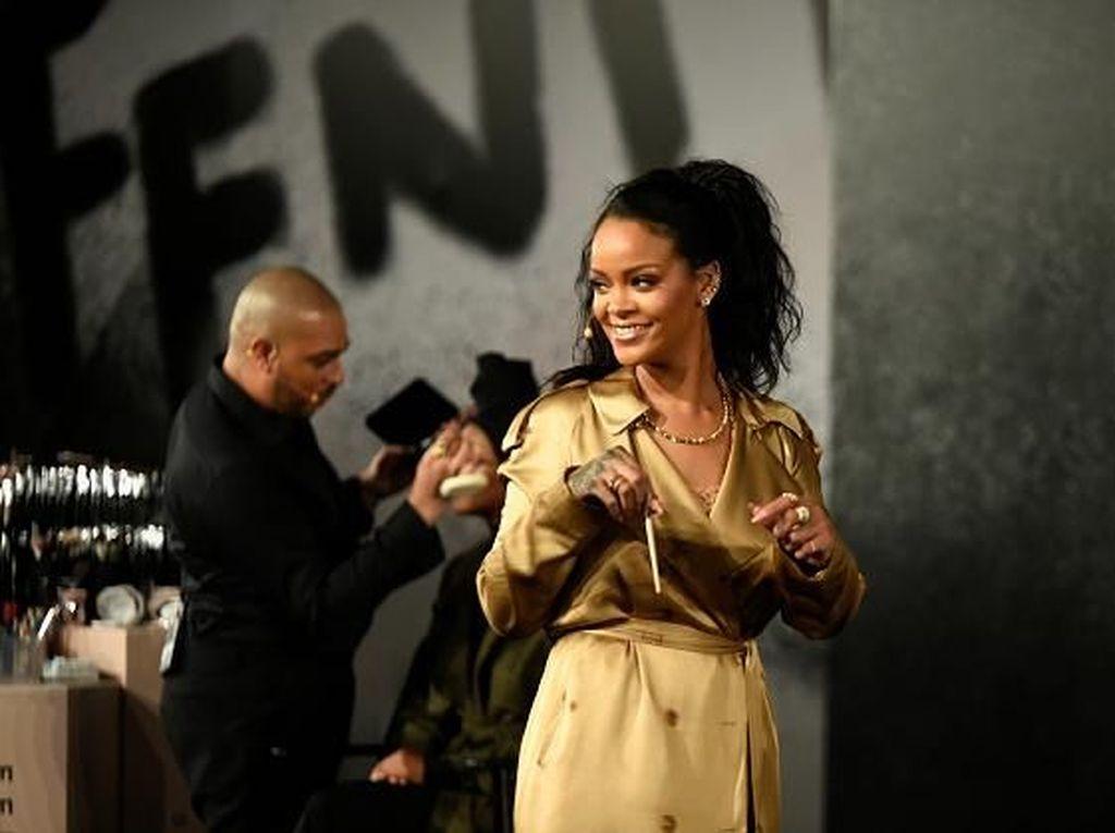 Rihanna Dipuji karena Tampilkan Wajah Model dengan Bekas Jerawat