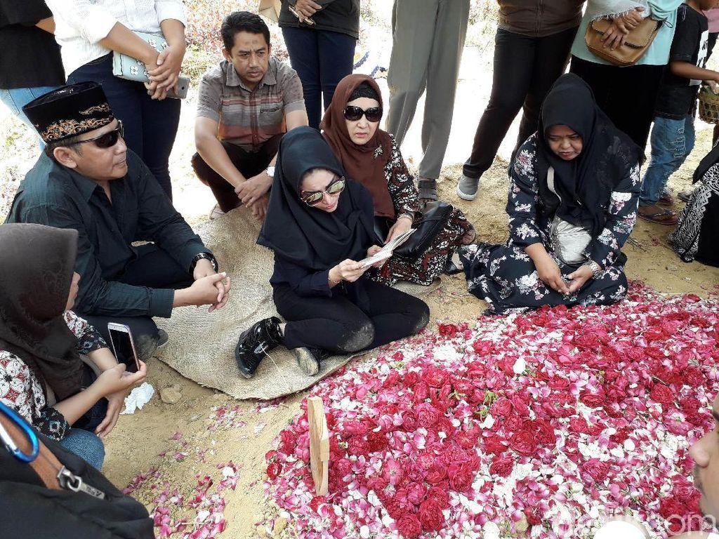 Pingsan di Makam Ibunda, Roro Fitria: Saya Tidak Kuat
