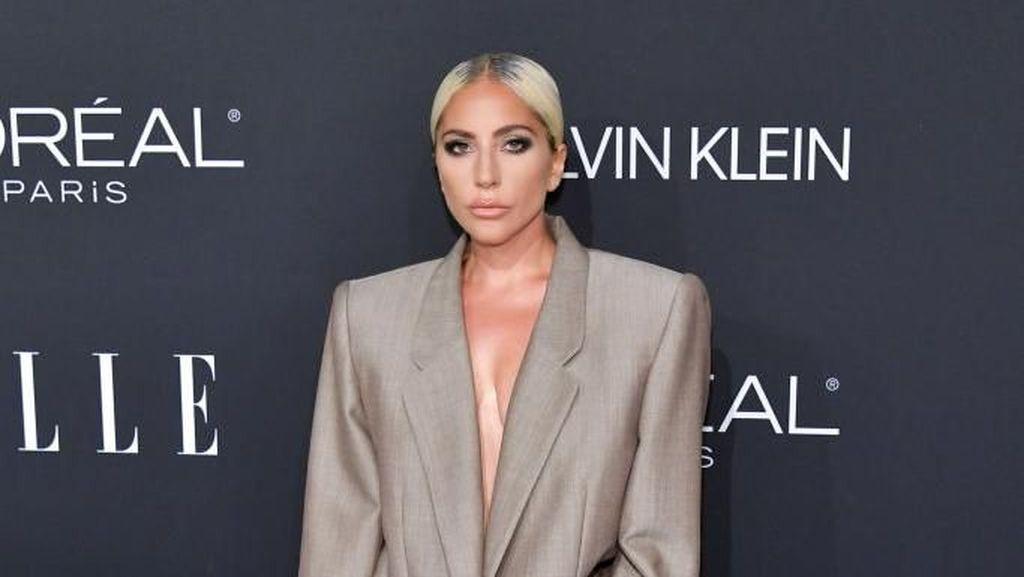Foto: Tinggalkan Gaun Minim, Lady Gaga Stylish Berbaju Gombrong