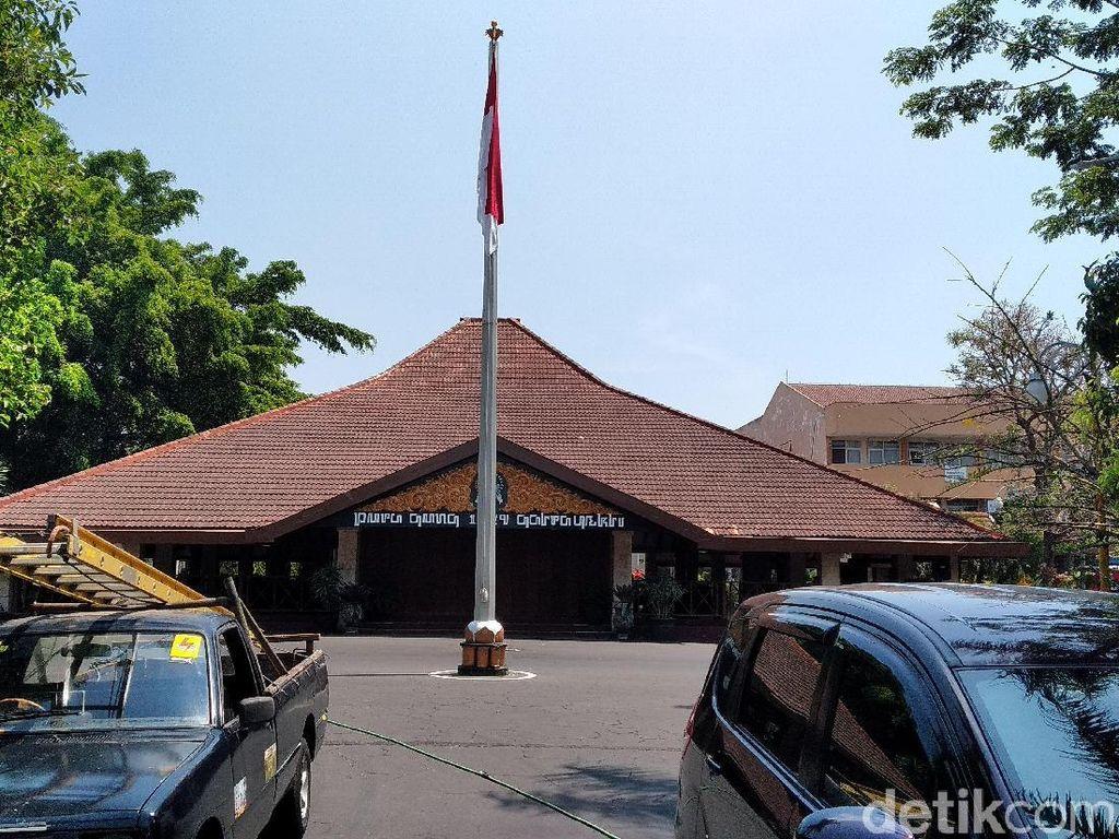 Saat Pesawat Tempur Sukhoi Terbang Rendah di Langit Kota Malang