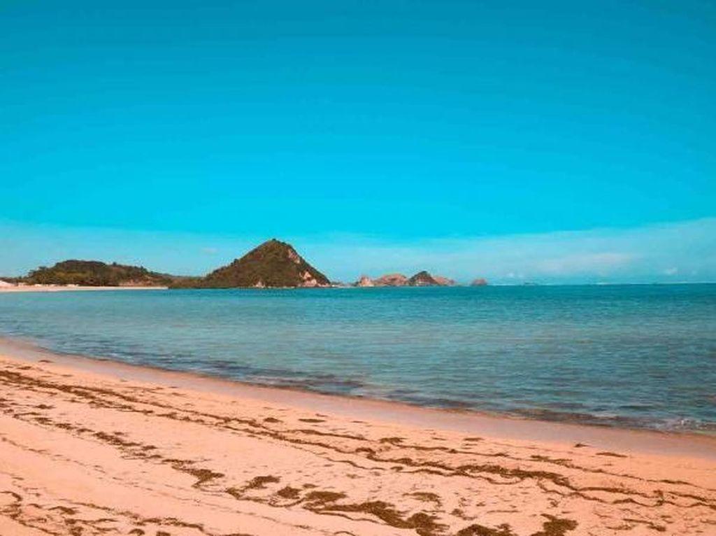 Pantai Kuta Mandalika dan Pasirnya yang Mirip Ketumbar