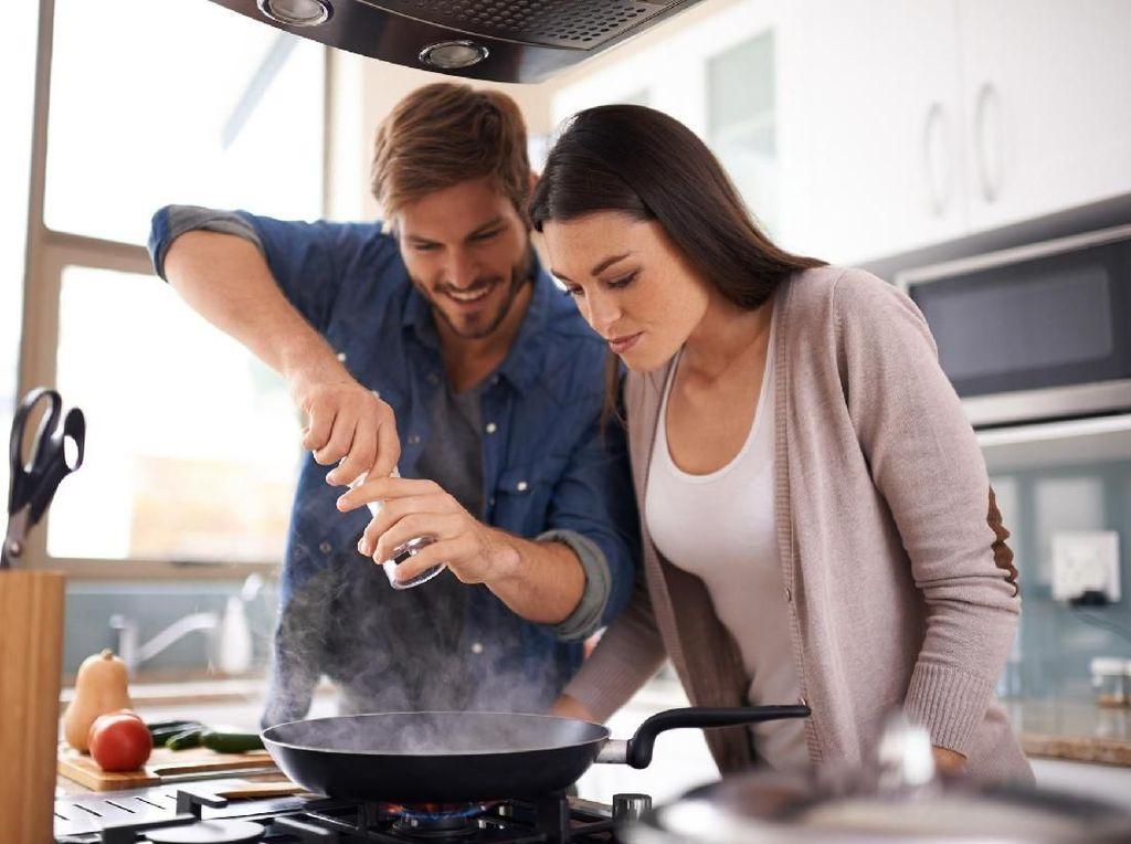 Begini Triknya Agar Suami Mau Belajar Memasak