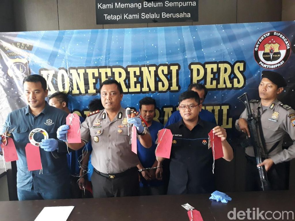 Ada-ada Saja, 4 Pria Ini Diciduk Polisi karena Mancing Uang ATM