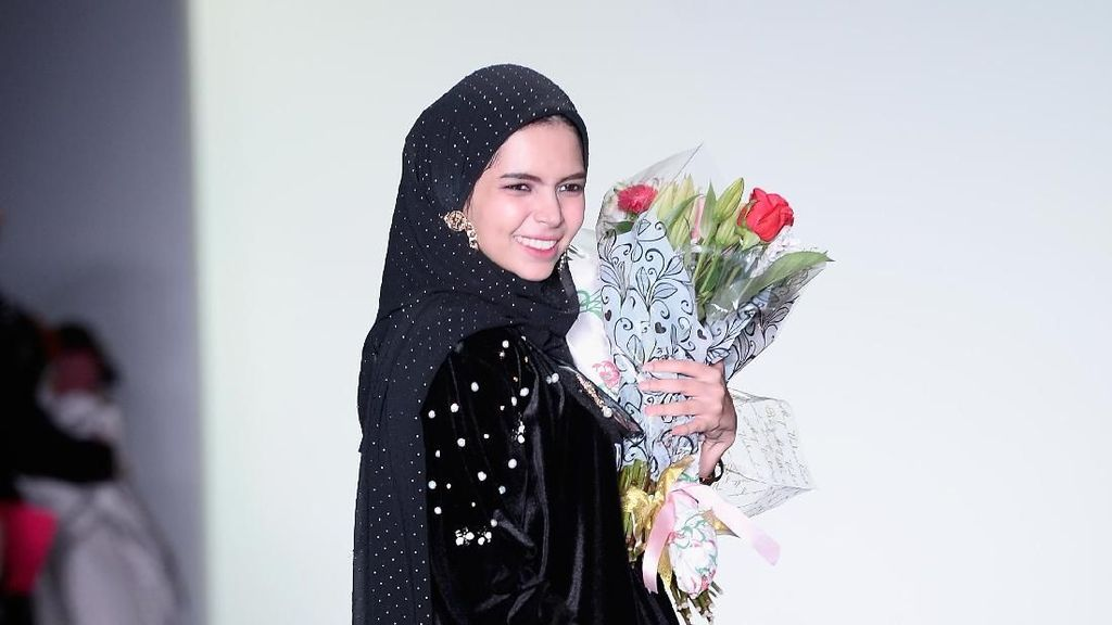 Glamor Tapi Sopan, Inspirasi Gaya Hijab ke Fashion Week Ala Vivi Zubedi